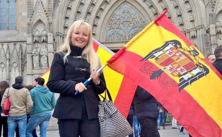 Carlota Sales, ondeando una bandera franquista