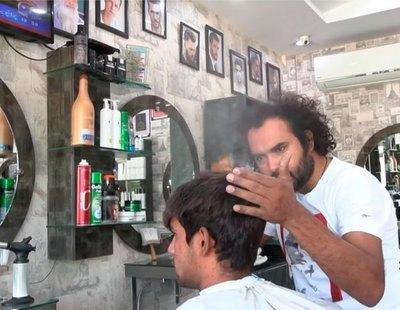 Así es Ali Abbas, el peluquero que corta el pelo con sopletes, cuchillos y vidrio roto