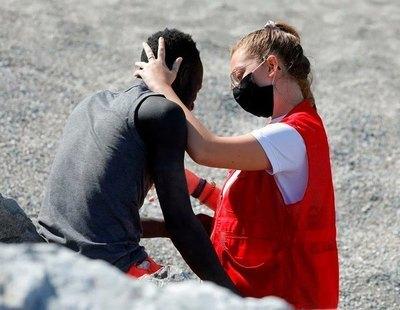 La historia de Luna, la joven de Cruz Roja que protagoniza el abrazo de consuelo a uno de los migrantes de Ceuta