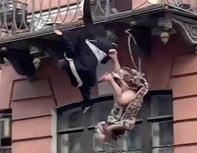 El vídeo del trágico momento en el que una pareja cae desde un balcón en plena pelea