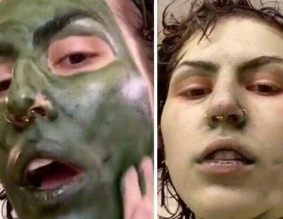 Utiliza esta mascarilla facial y se queda con la cara verde de manera permanente