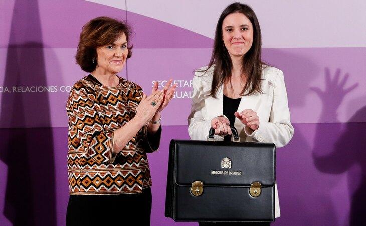 Carmen Calvo lleva meses bloqueando la Ley Trans que ha preparado el Ministerio de Igualdad, en manos de Irene Montero