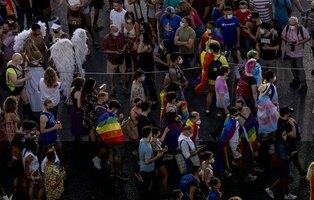 Una sentada de activistas trans impide al PSOE avanzar en la marcha del Orgullo LGTBI