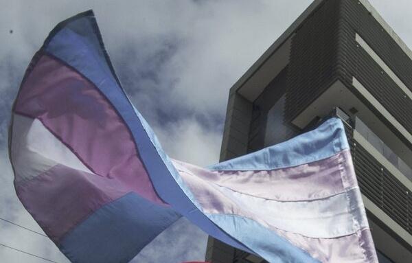 """Agresión tránsfoba: propinan tres puñetazos al grito de """"maricón de mierda"""" a una mujer trans de 64 años en Vitoria"""