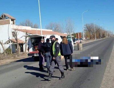 Un ataúd cae a la carretera desde el coche fúnebre, se abre y cae el cuerpo sobre el asfalto