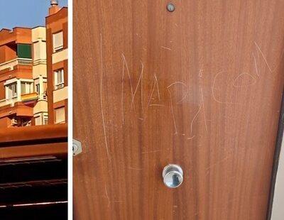"""Cuelga la bandera LGTBI del balcón y los vecinos le rayan la puerta para escribirle """"maricón"""""""