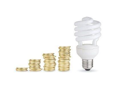 La OCU lanza una lista de consejos para ahorrar hasta 300 euros en la factura de la luz