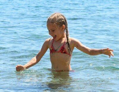Indignada al ver que el bikini que le han comprado a su hija de 7 años lleva relleno