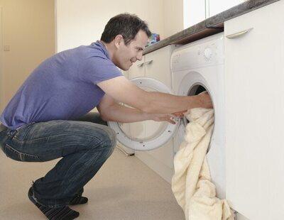 Por qué deberías añadir siempre bolitas de papel de aluminio al poner la lavadora
