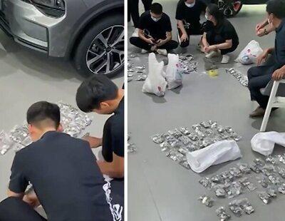 Un hombre paga un coche con monedas y obliga a 20 empleados a pasar tres horas contándolas