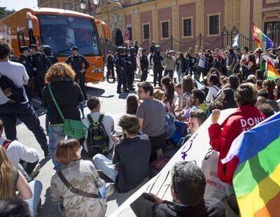 La Fiscalía pide 13 años de cárcel para los nueve jóvenes de Sevilla que boicotearon el autobús tránsfobo de Hazte Oir