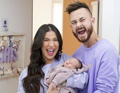 Una pareja de influencers no asignan género a su bebé para que elija su identidad con libertad