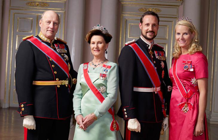 Los reyes de Noruega acompañados de los príncipes