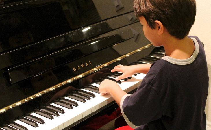 Los niños que tocan un instrumento ganan inteligencia