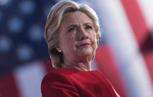 Hillary Clinton sonríe en su discurso de concesión