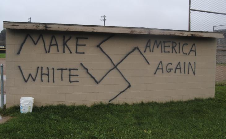 El graffiti juega con el eslogan de Trump 'Make America great again', pero animándole a que América 'vuelva a ser blanca'