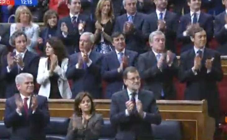 El Congreso está a rebosar. El Partido Popular se deshace en aplausos a los monarcas.