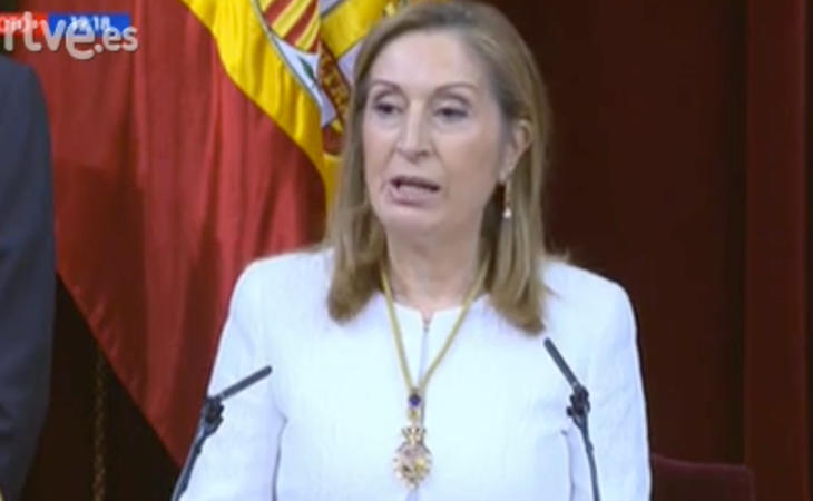 Ana Pastor alude a la Constitución que han votado todos los españoles. Los mayores de 56 años quiere decir