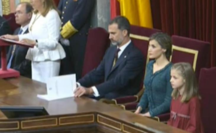 El Rey Felipe repasando su discurso mientras Ana Pastor no deja de hablar