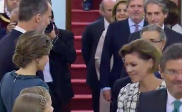 Cospedal, nueva Ministra de Defensa, acude exultante al besamos con los reyes