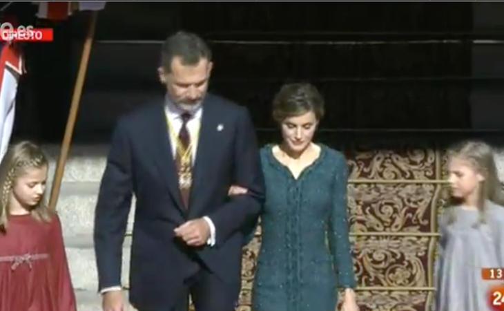 La Familia Real sale del Congreso para presidir el desfile militar