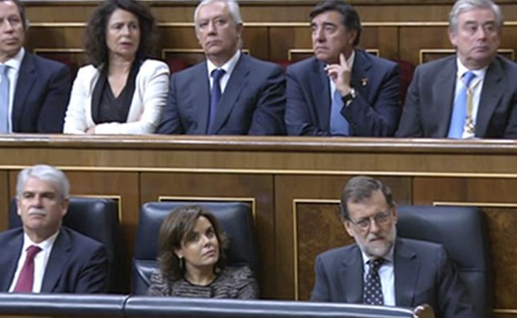 Rajoy y los demás parlamentarios escuchan con atención el discurso de Felipe VI