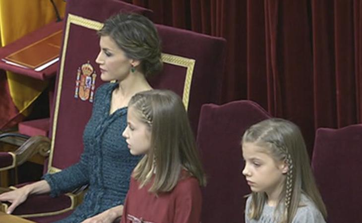 Letizia, Leonor y Sofía escuchan al Rey