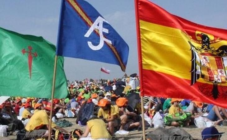 De izquierda a derecha, banderas de Movimiento Católico Español, Acción Juvenil Española y del águila de San Juan
