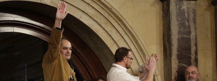 El saludo fascista de uno de los miembros del Movimiento 12 de Octubre, invitados al Parlament por el PP