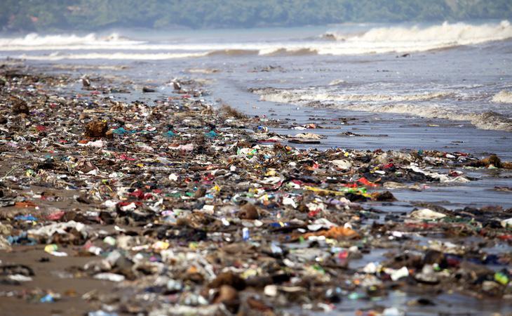 La mayoría de los plásticos acaban en las costas contaminando el medio ambiente