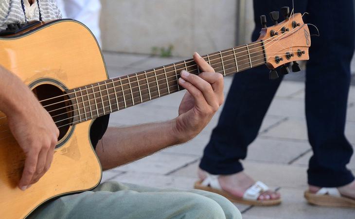 Los amigos alquilados pueden enseñarte a tocar un instrumento o a hablar un idioma