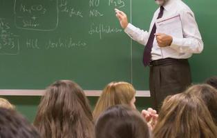 Expulsan 28 días a una alumna por lanzarle un portátil a la cara a un profesor que le quitó el móvil