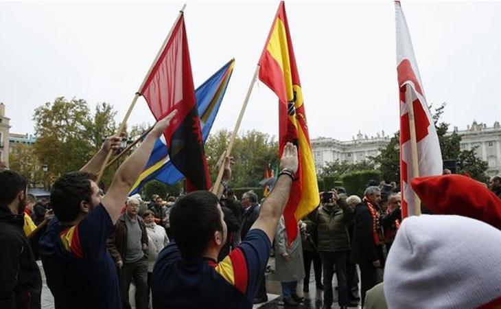 En el acto no faltaron símbolos franquistas