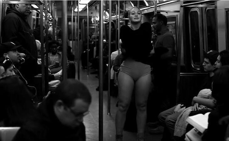 Iskra Lawrence se desnuda en el metro para luchar contra los cánones de belleza