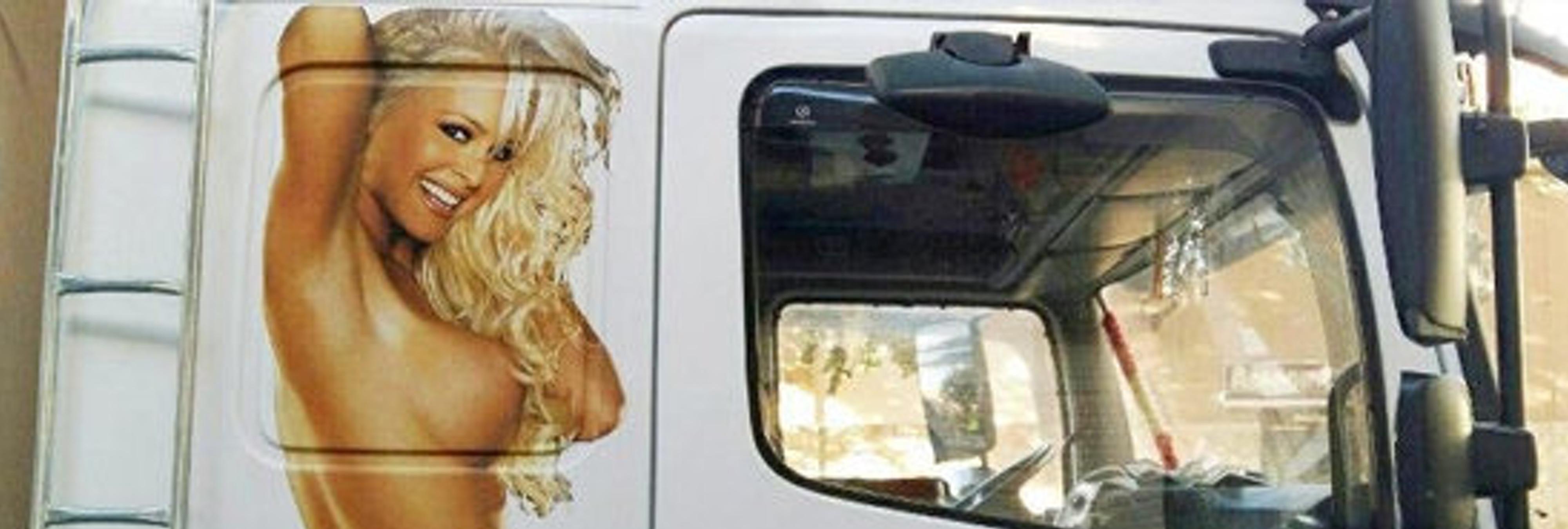 Denuncian a una empresa de transportes por llevar la imagen de una mujer desnuda como reclamo