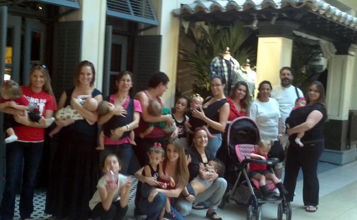 Un gupo de mujeres amamanta a sus bebés delante de una tienda Hollister en señal de protesta