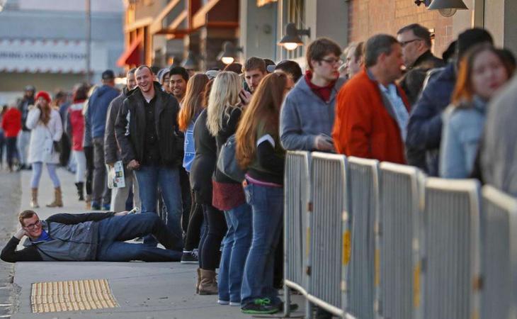 Este comprador de Utah se toma la espera con humor (AFP)