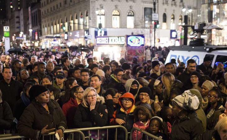 Cientos de personas esperan a que abran los almacenes Macy's en Nueva York (New York Times)