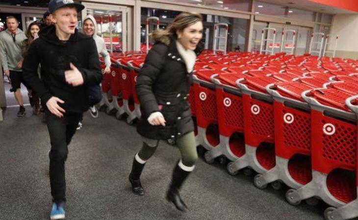 Nada más abrirse las puertas de las tiendas de EEUU, no había tiempo que perder (AFP)