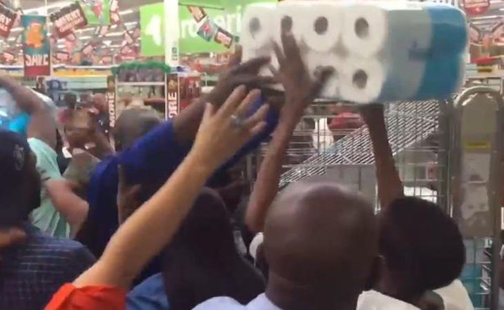 Compradores peleándose por comprar los rollos de papel más baratos en Sudáfrica (24/7 eyes)