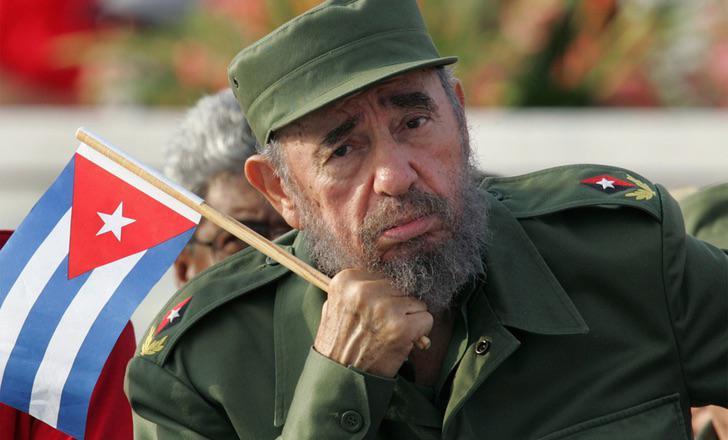 Fidel Castro, con la bandera cubana