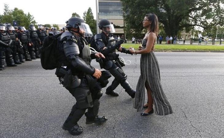 Una joven protesta pacíficamente contra los policías (Reuters)