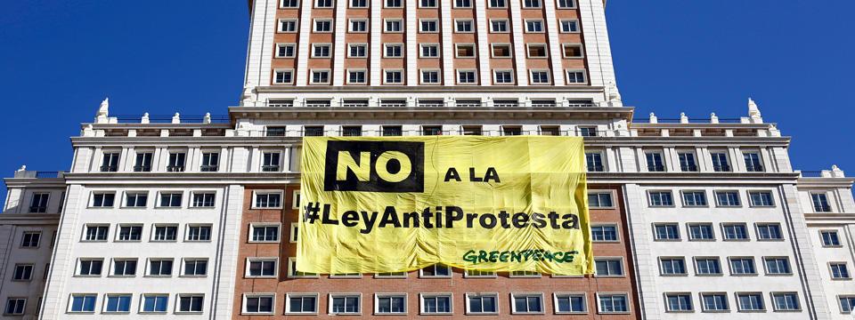 Prohibodo escalar edificios para protestar