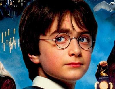 Una chica tira un libro de 'Hary Potter' al váter e incendia las redes sociales