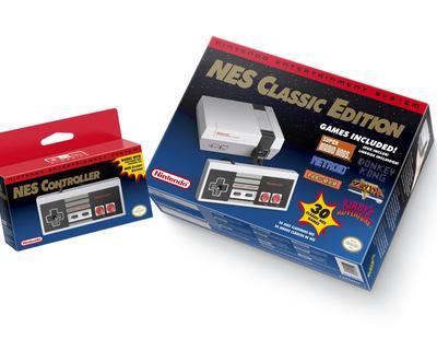 Una mujer amenaza con una pistola a otra por llevarse la última unidad de la NES Classic Mini