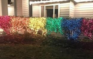 Una mujer responde a su vecina homófoba poniendo luces de Navidad con la bandera LGTB