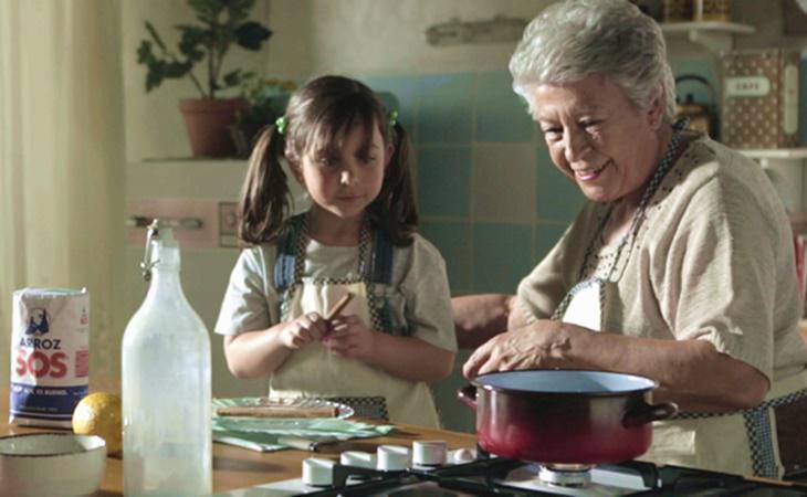 En el anuncio del arroz SOS, la abuela enseña a cocinar a su nieta