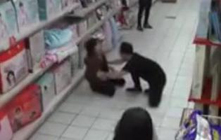 Graban en un supermercado una posesión demoníaca