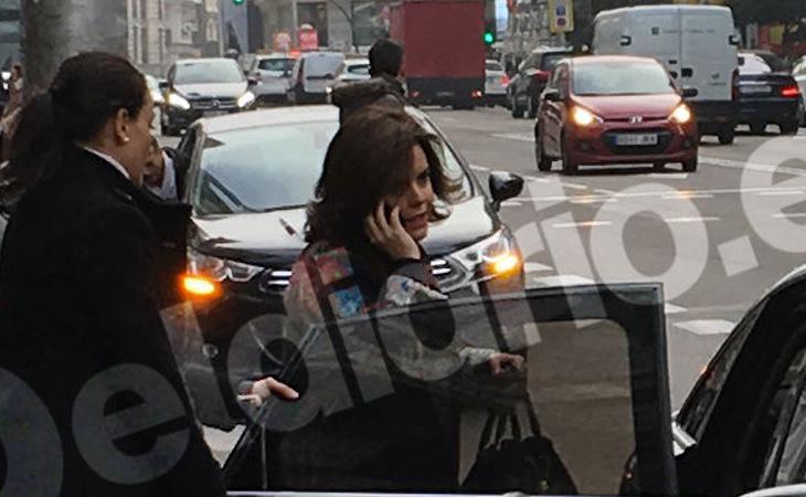 Sáenz, cazada entrando a su coche aparcado en el carril bus de Gran Vía (eldiario.es)