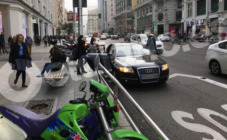 El coche oficial de la vicepresidenta ha estado mal aparcado durante 12 minutos El Diario)